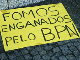 Os protestantes colocaram cartazes à porta do balcão Foto: Daniela Espírito Santo