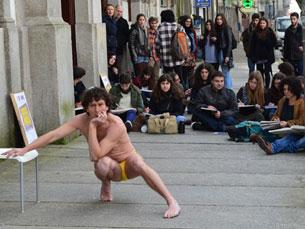 A manifestação que, nesta tarde, ocorreu na FBAUP, surpreendeu alguns dos transeuntes Foto: Ricardo M. Alves