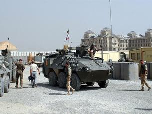 Uma coluna de veículos da NATO foi ontem alvo de um ataque talibã que vitimou 18 pessoas Foto:  MATEUS_27:24&25 /