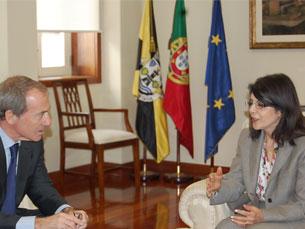Luís Filipe Menezes e a embaixadora da Argélia reuniram hoje no Edifício da Presidência, em Gaia Foto: Ana Rita Silva