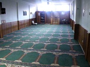 Muçulmanos oram diariamente na mesquita da rua do Heroísmo Foto: Pedro Rios
