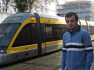 Nos dias de folga, Hugo despe a farda, mas nem por isso deixa de andar de metro Foto: Cristiana Afonso