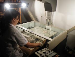 Através do processo de microfilmagem são reproduzidas por ano cerca de 40 mil imagens Foto: Joana Vales
