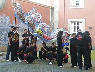 Em dia de inauguração, um dragão chinês dançou no exterior do Museu Foto: Diana Sousa
