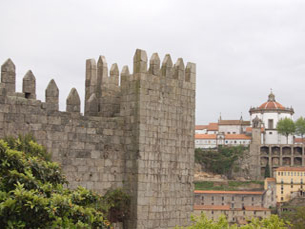 A muralha fernandina, vista por quem atravessa a ponte Luís I, desperta a curiosidade de alguns turistas Foto: Ana Catarina Medeiros