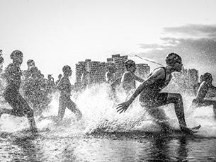 A fotografia vencedora da edição passada foi capturada durante uma competição brasileira de aquatlo. Foto: Wagner Araújo