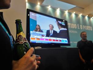 Na sede de Rui Moreira, o champanhe de vencedor é aberto enquanto Luís Filipe Menezes assume a derrota Foto: Liliana Pinho
