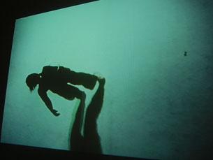 """O conceito de horizontalidade é uma das premissas da exposição """"Off the Wall"""" Foto: Daniel Cerejo"""