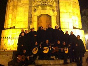 O grupo de Fados do OUP acabou a atuar nas escadas dos Clérigos Foto: DR