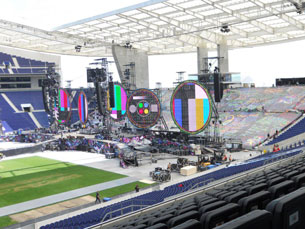 O FCP acompanhou de perto a montagem do palco dos Coldplay no relvado do Estádio do Dragão Foto: DR