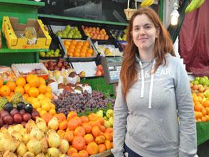 Patrícia Silva toma conta de um negócio de família, ao vender fruta há três anos, no Mercado do Bolhão Foto: José António Pereira