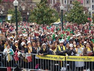 Milhares de pessoas acorreram à Avenida dos Aliados para ver Bento XVI Foto: Sofia Maciel