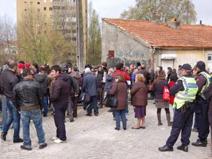 As pessoas procuravam o melhor ângulo para assistir à implosão da torre 4 do Bairro do Aleixo Foto: Ana Rita Sousa