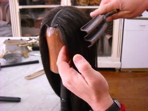 Fazer uma peruca exige minúcia e muita paciência. Foto: Vera Quintas