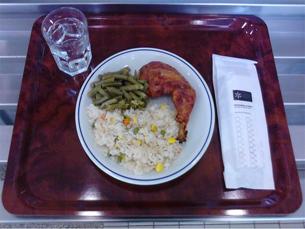 """A refeição """"low cost"""" é constituída por prato e água Foto: DR"""