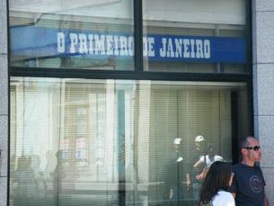 """A incerteza é o sentimento mais presente à porta de """"O Primeiro de Janeiro"""" Foto: Tiago Dias"""