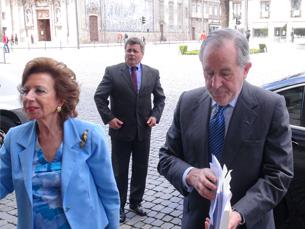 Ramalho Eanes acompanhado pela mulher na chegada à reitoria Foto: Diogo Azeredo