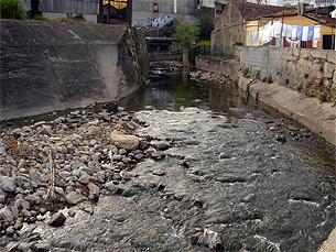 Entubamento do rio Tinto resolve o problema dos maus cheiros, mas não a poluição Foto: Rosa Carvalho