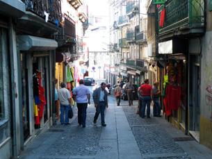 Lojas portuguesas misturam-se com negócios de imigrantes na rua do Loureiro, no Porto
