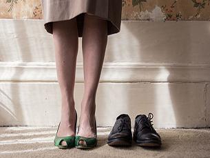 Violeta é um filme sobre uma mulher. Ela é casada, vive fechada em si, no seu mundo, na sua rotina. Um dia olha-se. Vê. Vê um reflexo. Mas não se vê. Foto: Raquel Carvalho