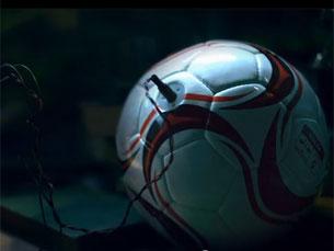 Depois de armazenar a energia, só é preciso ligar a bola a um dispositivo elétrico de lâmpadas LED Foto: DR