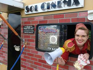 O Sol Cinema exibe filmes através da utilização da luz solar Foto: DR