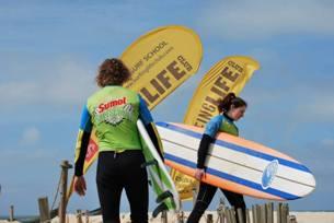 A Surfing Life Club vai fazer descontos de 50% nas aulas de surf aos participantes Foto: Surfing Life Club