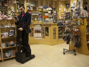 Dispositivo robótico permite aos paraplégicos que se mantenham de pé sem ajuda Foto: DR