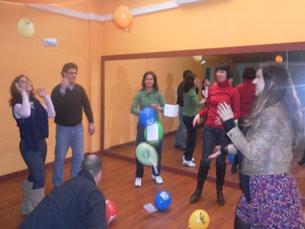 Os balões fazem parte de alguns dos exercícios da Terapia do Riso Foto: DR