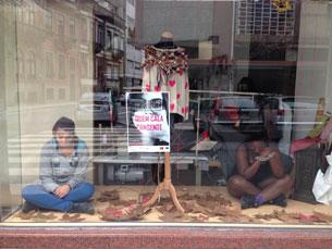 """A montra de uma loja na Rua de Santa Catarina, no Porto, teve, desta vez, outros """"manequins"""" Fotos: Daniel Cerejo"""