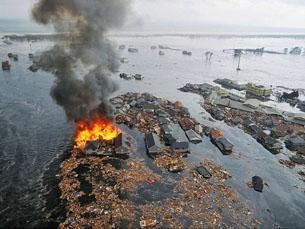 O tsunami provocado pelo sismo deixou um rasto de destruição Foto: Kordian / Flickr