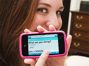 Para além da plataforma online, o Twitter permite enviar e receber mensagens através do telemóvel Foto: Flickr