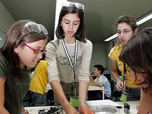 Durante as férias, jovens estudantes poderão fazer experiências enquanto se divertem Foto: DR