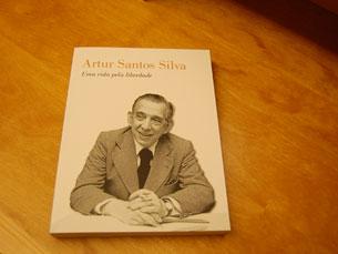 O livro homenageia Artur Santos Silva Foto: João Nápoles