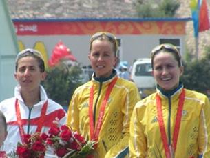 Vanessa Fernandes no pódio, com as australianas Emma Snowsill e Emma Moffatt Foto: