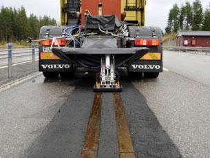 O sistema testado pela Volvo permitiria recarregar a energia dos carros enquanto eles circulassem Foto: DR