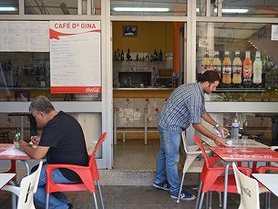 Os poucos jovens que trabalham no mercado são aqueles que ajudam os pais Foto: Francisca Ramos