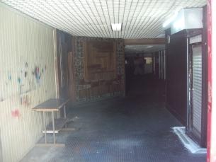 O aspeto de um dos corredores do antigo centro comercial. O espaço encontra