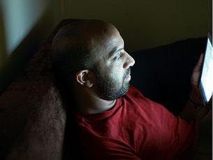Descobrimos que quando os leitores usam um dispositivo emissor de luz antes de dormir se tornam menos sonolentos Foto: pabak sarkar/Flickr
