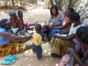 """Mila Cravinho com o Clube das Mulheres """"Hope"""", que ajudou a fundar, durante os oito meses que esteve na Zâmbia Foto: DR"""