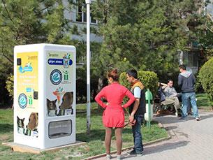 Pugedon incentiva a reciclagem ao mesmo tempo que ajuda a alimentar animais de rua Foto: DR