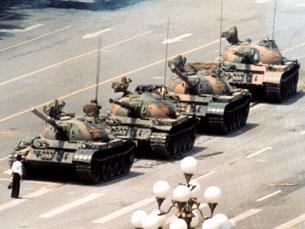 """A foto do """"Homem dos Tanques"""", assim ficou conhecido, correu mundo. Até hoje, não se sabe a identidade do jovem Foto: DR"""
