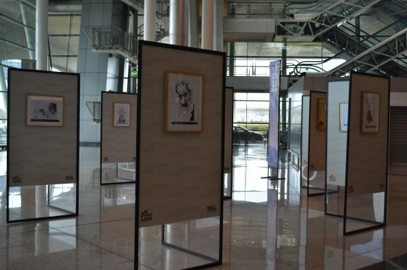 Cerca de 40 caricaturas de Siza Vieira estão expostas no aeroporto do Porto a partir do dia 25 de fevereiro, 4.ª-feira.