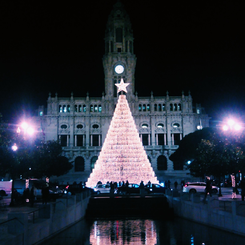 Na próxima sexta-feira, dia 27 de novembro, o Porto vai voltar a preencher-se de luz. A inauguração da Árvore de Natal dos Aliados está marcada para as 21h30 do mesmo dia