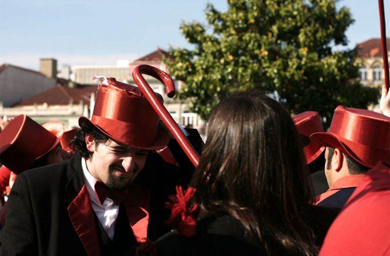 O cortejo da Queima das Fitas leva milhares de pessoas as ruas da Baixa do Porto todos os anos
