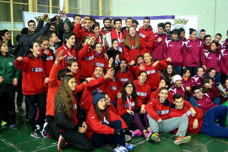 A comitiva da UP a receber a taça de heptacampeã de atletismo pista coberta
