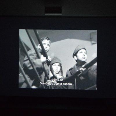 "Marcello, filho de Pina e os amigos, numa cena do filme ""Roma, Cidade Aberta""."