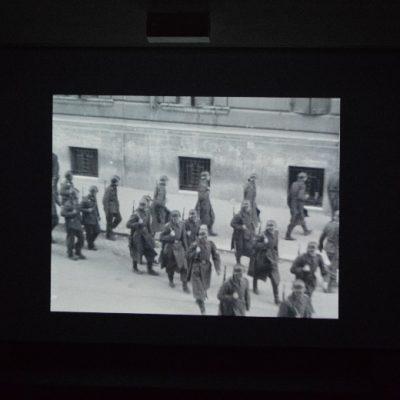"""Invasão de Roma pelo exército nazi, cena do filme """"Roma, Cidade Aberta""""."""
