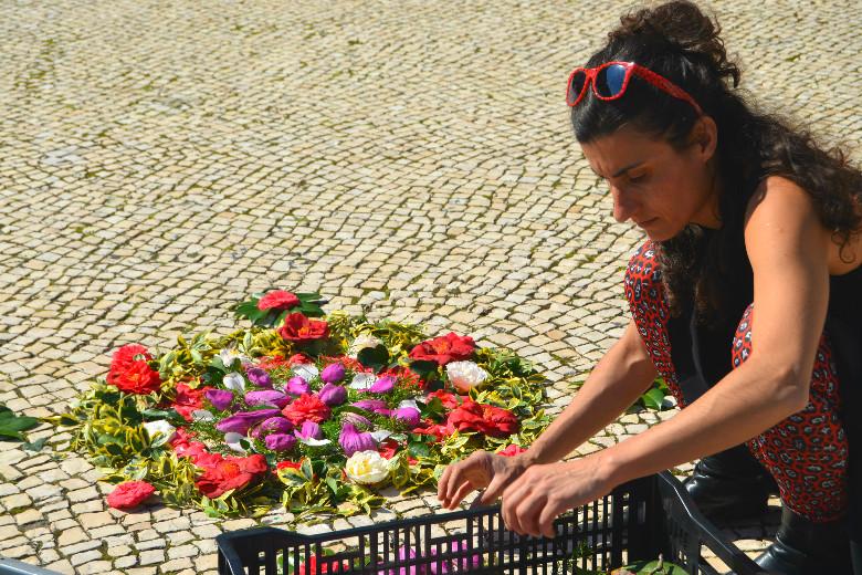 Às 14 horas, Paulina Almeida, a organizadora, dava início ao evento juntando algumas flores na calçada dos Aliados