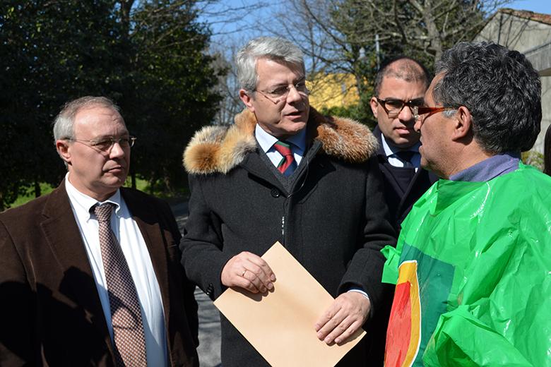 João Dinis entrega documento que expõe as preocupações dos produtores ao diretor-geral da Direção Regional da Agricultora e Pesca do Norte